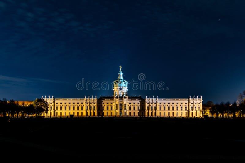 Nightshot av den Charlottenburg slotten i Berlin royaltyfri fotografi