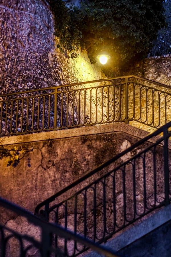 Nightshot d'un vol des escaliers dans le vieux village de Nice photographie stock libre de droits