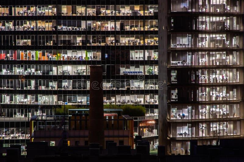 Nightshot de deux immeubles de bureaux à Barcelone, Espagne images libres de droits