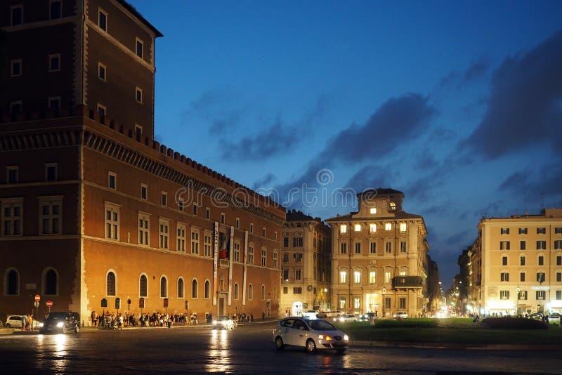 Nightshot de la plaza Venezia en Roma, Italia imágenes de archivo libres de regalías