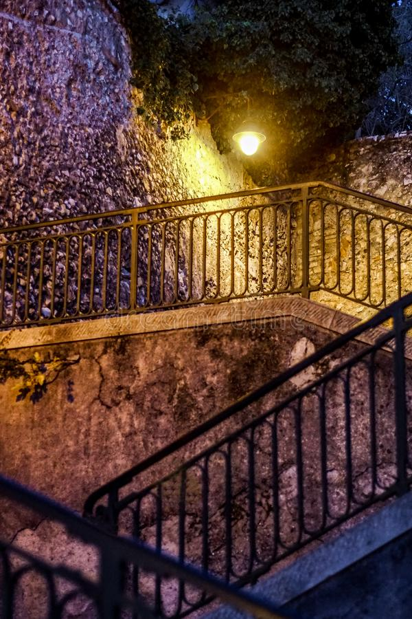Nightshot di un volo delle scale nel vecchio villaggio di Nizza fotografia stock libera da diritti