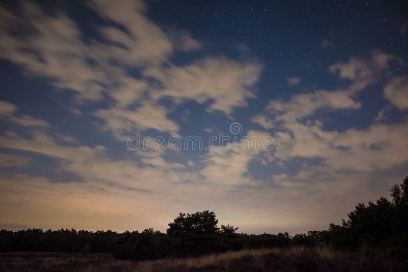 Nightsky nublado en el parque nacional de Maasduinen en los Países Bajos fotos de archivo libres de regalías