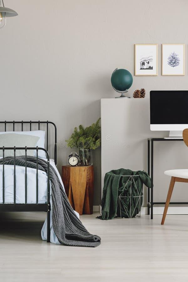 Nightstand en bois avec le sapin dans le vase et l'horloge en verre dans l'intérieur de la chambre à coucher de l'enfant gris ave photographie stock libre de droits