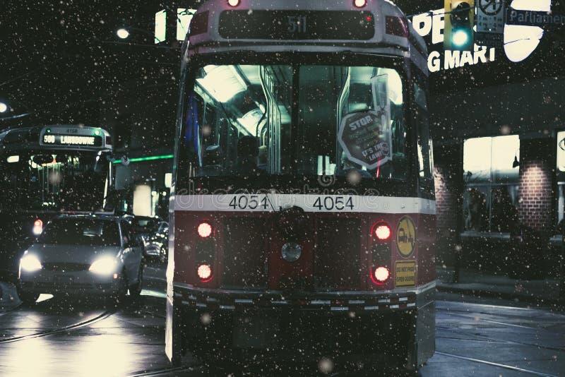 Поезд на дороге около автомобилей во время Nighttime стоковая фотография rf