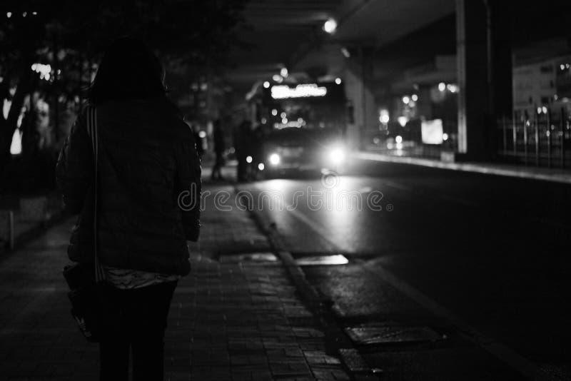 Черная шина причаливая во время Nighttime стоковая фотография