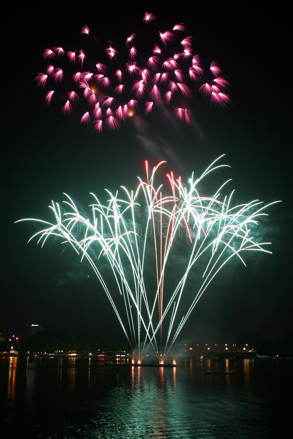 Фейерверки показывают во время Nighttime стоковые фотографии rf