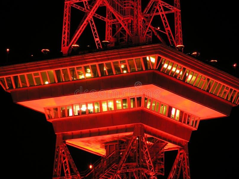 Красная башня металла на Nighttime стоковое изображение rf