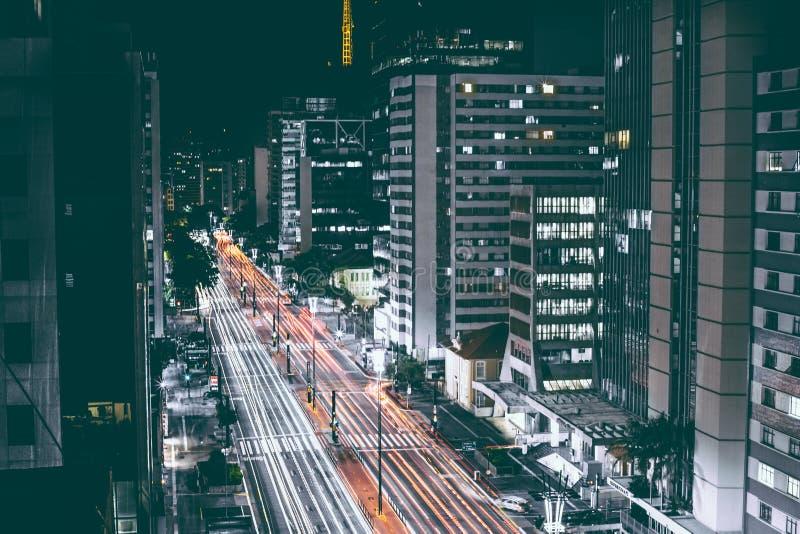 Высокие здания подъема около дороги во время Nighttime стоковое изображение