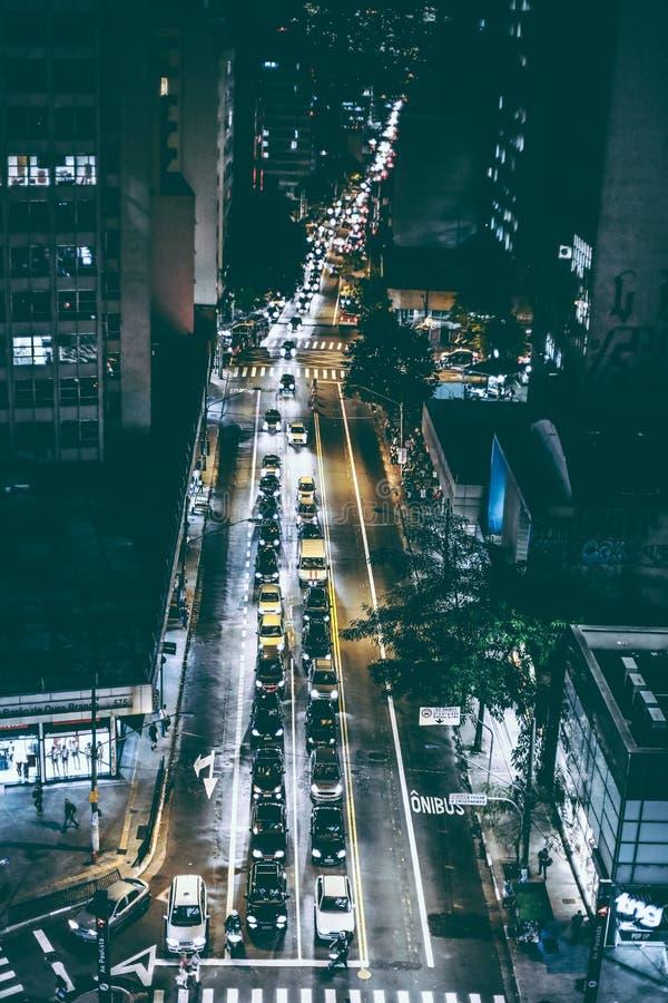 Автомобили на черной дороге асфальта во время Nighttime стоковые изображения