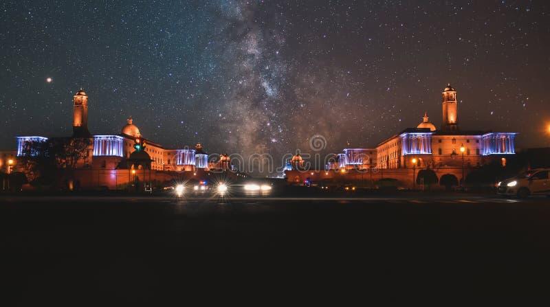 Nighttime fotografie Rashtrapati Bhavan przy New Delhi, India z drogą mleczną zdjęcia stock