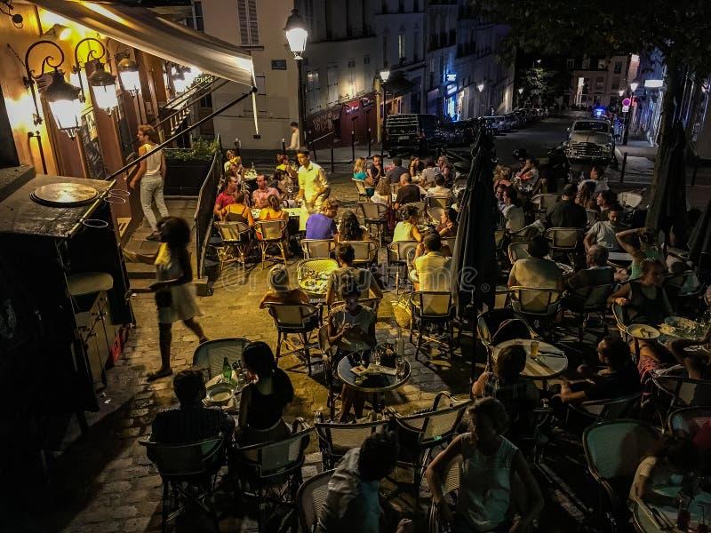 Nighttime Paryż kawiarnia obraz royalty free