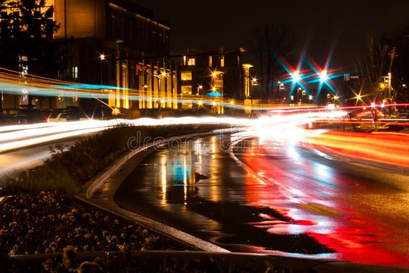 Nighttime ruch drogowy przy Balowym stanu uniwersytetem obraz stock