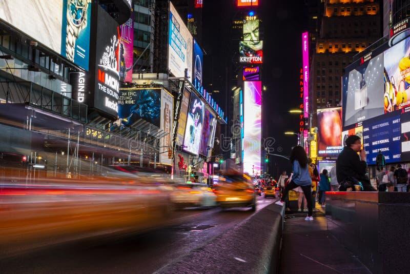 Nighttime ruch drogowy w times square zdjęcie royalty free