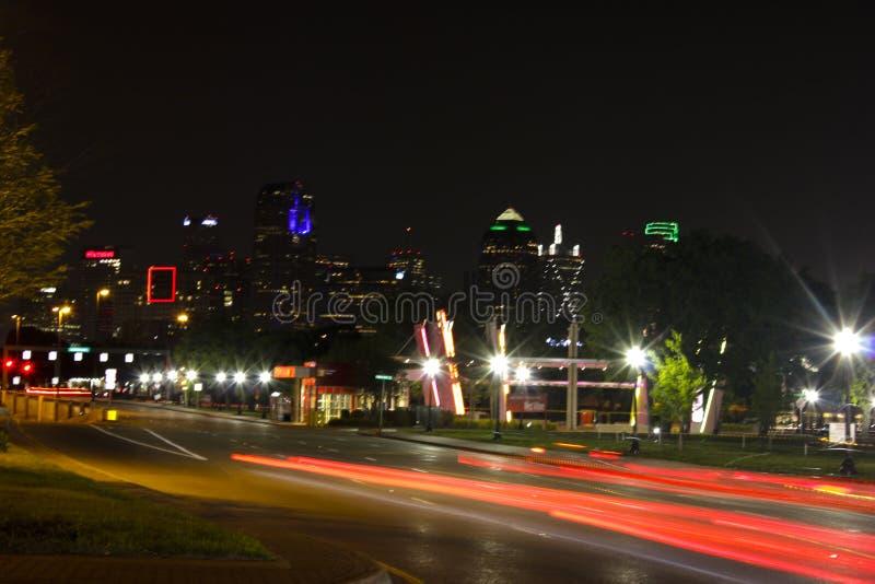 Nighttime w Dallas i wolnej żaluzji prędkości obrazy stock
