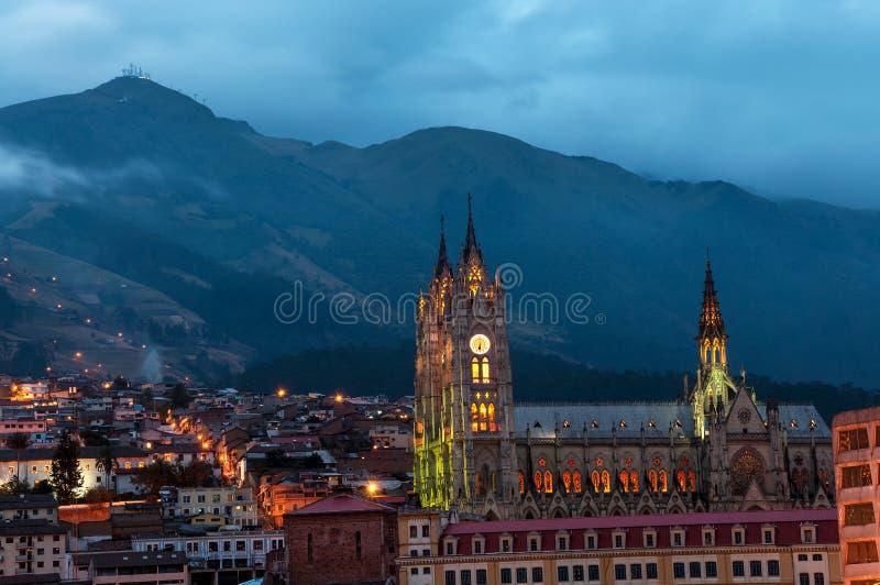 Quito Basilica på natten fotografering för bildbyråer