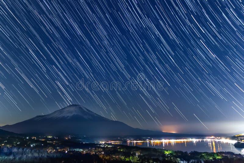 Nightview του υποστηρίγματος Φούτζι με τα startrails από τη λίμνη Yamanaka στοκ εικόνα