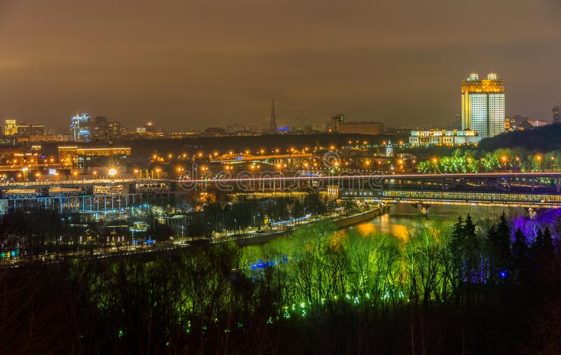 Nightview av Moskvastaden med Luzhniki stadion och järnvägsbron över den Moskva floden arkivbilder