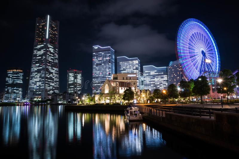Nightview de Minato Mirai con la iluminación y la reflexión Orientaci?n del paisaje fotografía de archivo