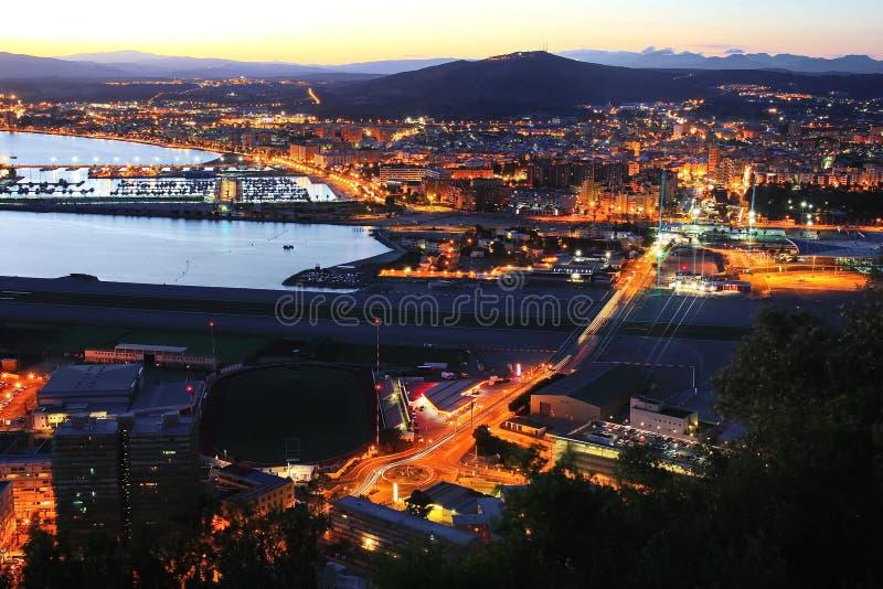 Nightview du Gibraltar et de Linea de la Concepcion image stock