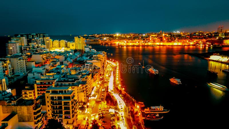 Nightview van de Bundel in Sliema, Promenade stock afbeeldingen