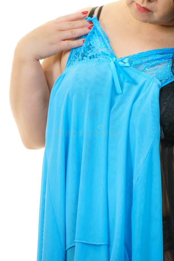 Nightwear cabendo do cetim da mulher positiva do tamanho foto de stock royalty free