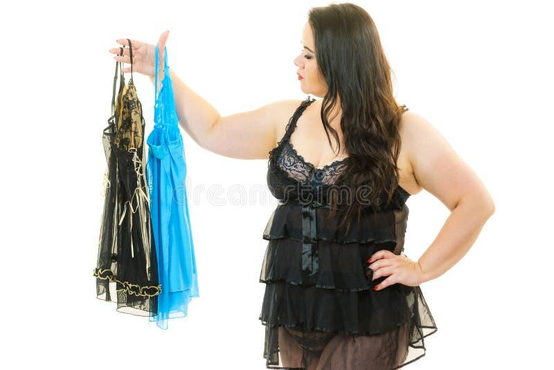 Nightwear cabendo do cetim da mulher positiva do tamanho fotos de stock royalty free