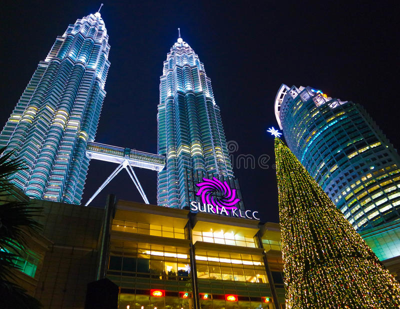 Nighview av den Petronas tvillingbrodern royaltyfria foton