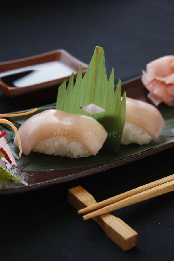 Nigiri寿司用虾和金枪鱼在一食家制地图在黑背景 免版税库存图片