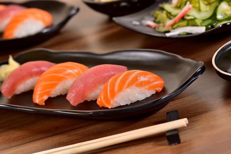 nigiri łososiowy suszi tuńczyk zdjęcie royalty free