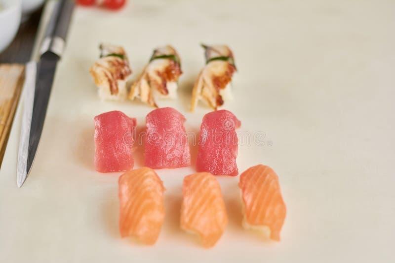 Nigiri appetitoso dei sushi sul bordo bianco fotografia stock libera da diritti