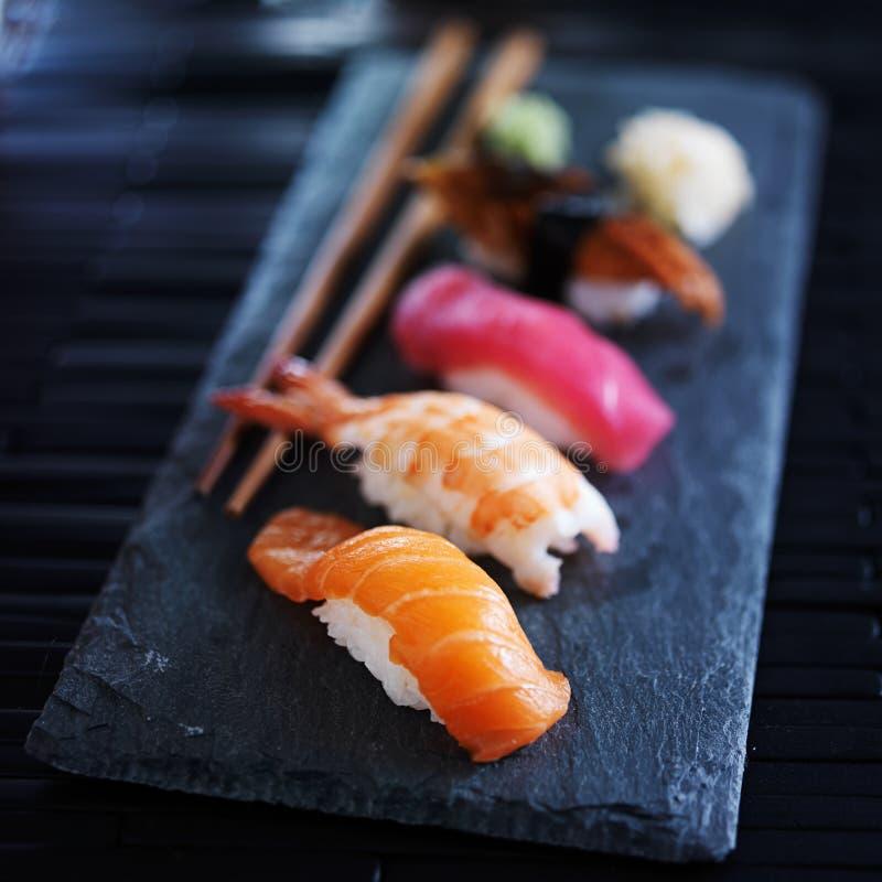 Nigiri assortito dei sushi sull'ardesia fotografia stock