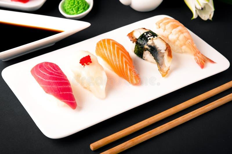 Nigiri con il salmone, tonno, pertica, anguilla, pettine, caviale, gamberetto, tagliente Insieme dei sushi di Gunkan fotografia stock libera da diritti