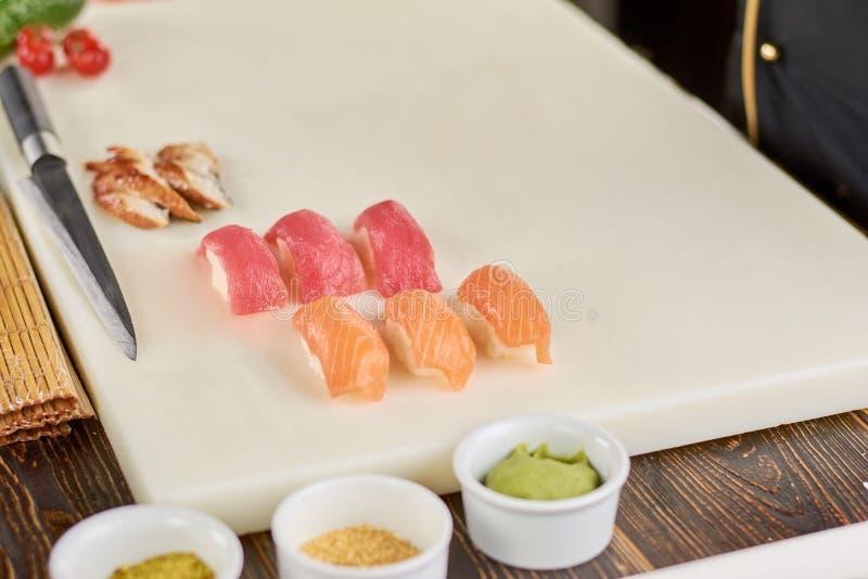 Nigiri dei sushi con il salmone ed il tonno fotografia stock