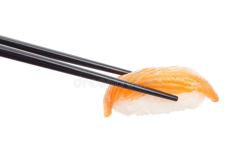 Nigiri dei sushi con le bacchette nere fotografia stock libera da diritti
