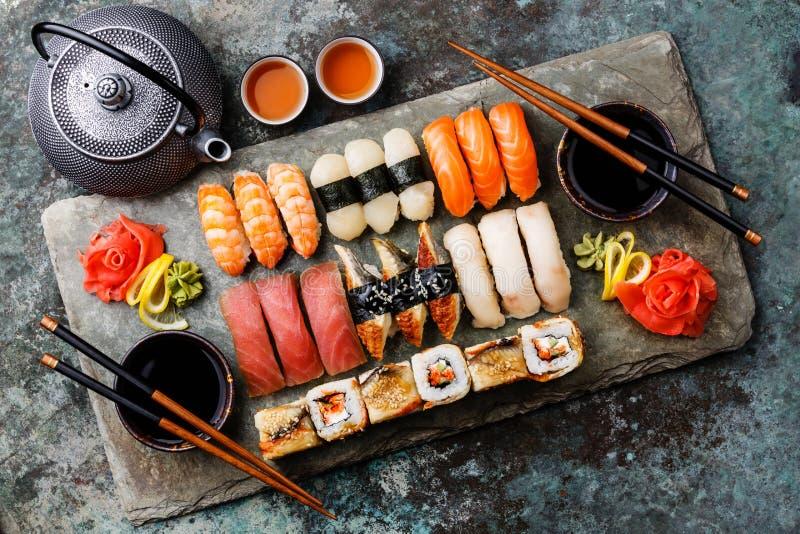 Nigiri del sushi y rollos de sushi determinados con té imágenes de archivo libres de regalías