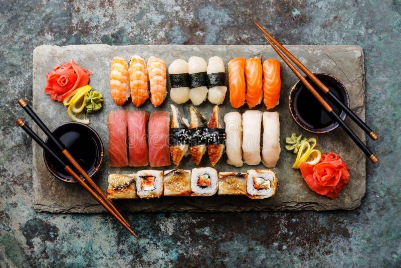 Nigiri do sushi e rolos de sushi ajustados para dois fotos de stock