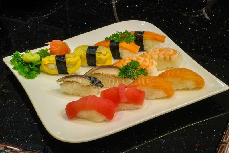 nigiri misto dei sushi - stile giapponese dell'alimento immagine stock libera da diritti