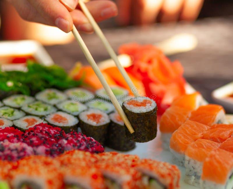 Nigiri rulle med laxen Japansk mat f?r sushirulle i restaurang royaltyfria bilder