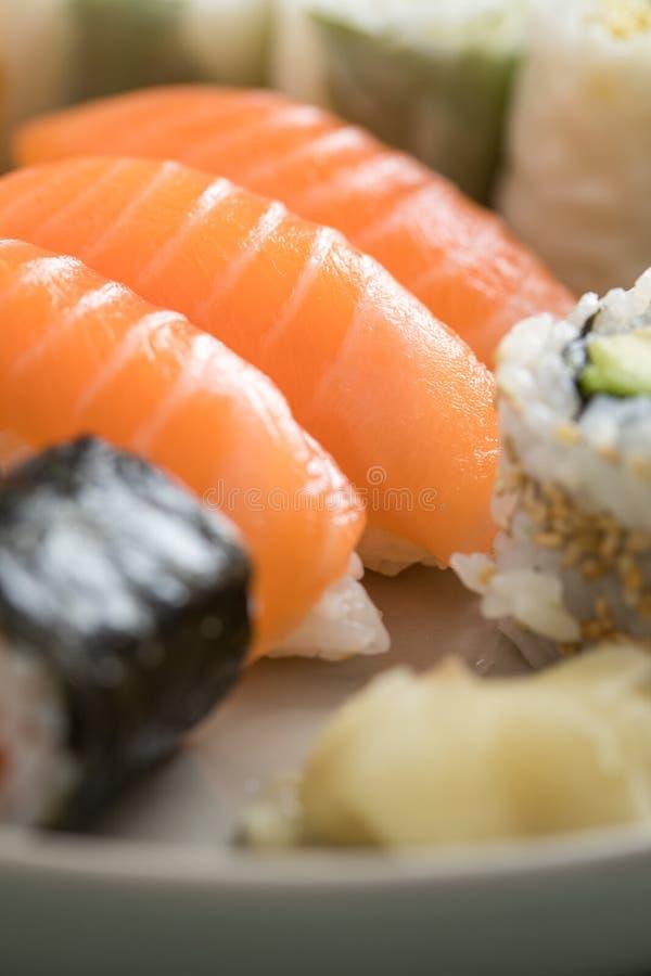Nigiri saumon? japonais de plat de pr?paration de sushi image libre de droits