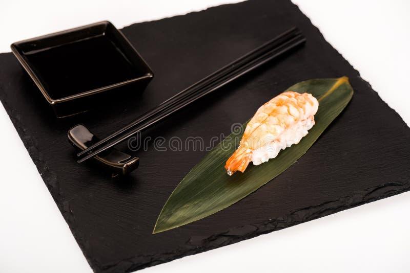 Nigiri sushi med räka som tjänas som med pinnar och soya royaltyfria bilder