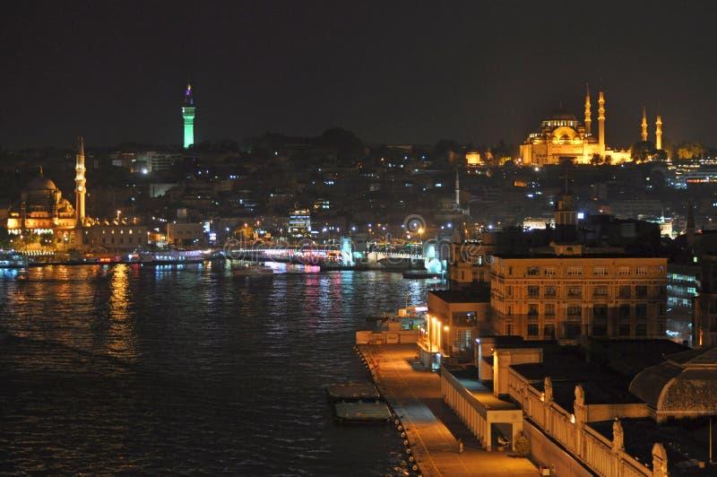 Nigth em Istambul, vista ao distrito de Karakoy e ao porto de Istambul fotografia de stock