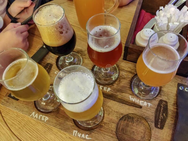 Nijni-Novgorod, Russie, le 4 août 2018 : Bières assorties dans un vol prêt pour goûter dans la barre de brasserie de Gorkovskaya image stock
