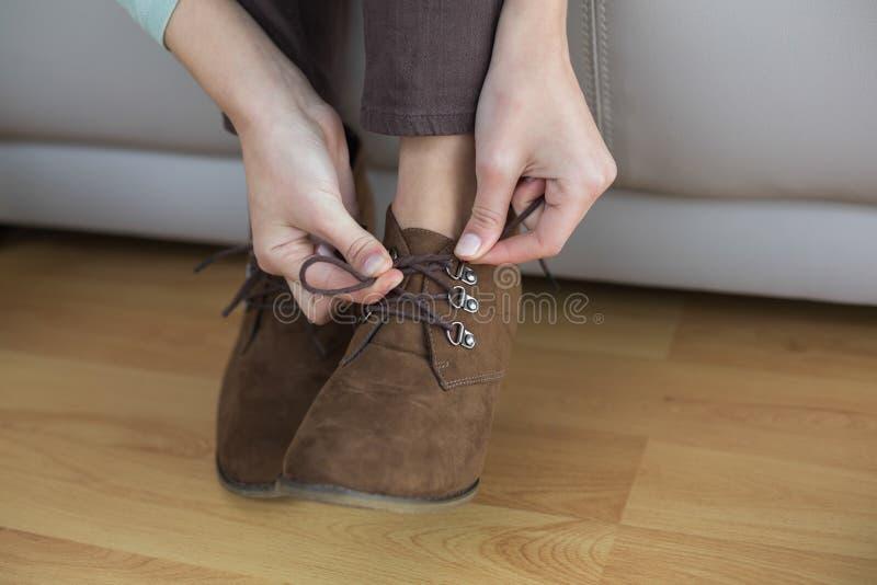 Nikła kobieta wiąże jej shoelaces obraz stock
