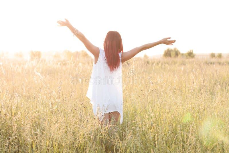 Nikła postaci dziewczyna biega gorącego lata popołudnie w sukni, pojęcia szczęściu, przyjemności, wschodzie słońca i zmierzchu, j zdjęcia stock