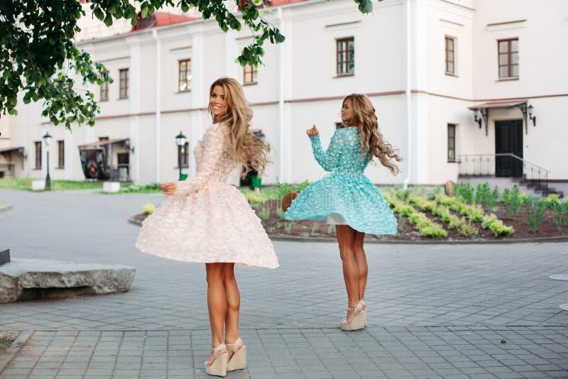 Nikłe damy trzyma elegancką słomę z długim falistym włosy zdosą zdjęcia royalty free