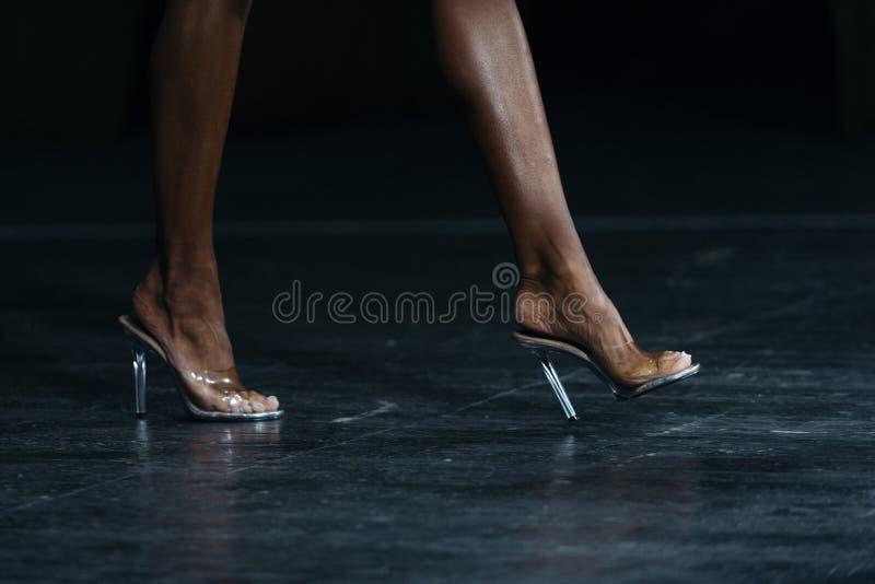 Nikłe kobiet nogi w szpilkach kobiety współzawodniczyć w sprawności fizycznej bi fotografia royalty free