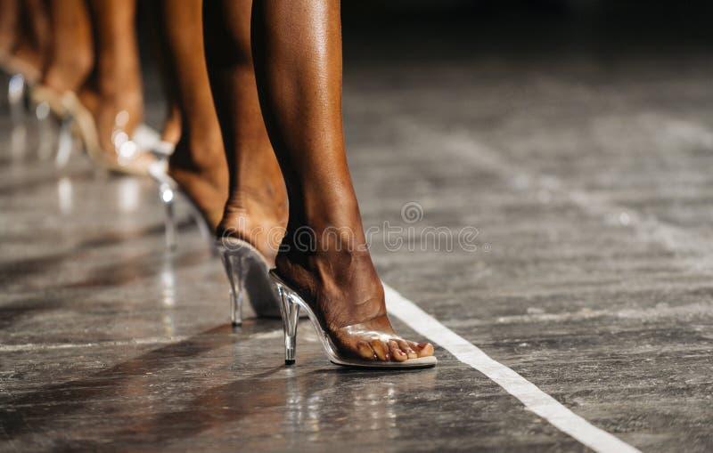 Nikłe kobiet nogi w szpilkach kobiety współzawodniczyć w sprawności fizycznej bi obrazy royalty free
