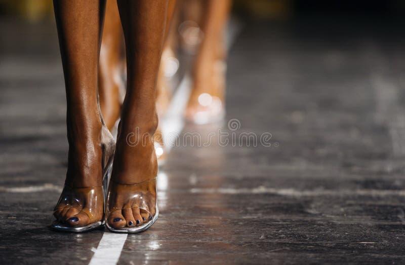 Nikłe kobiet nogi w szpilkach kobiety współzawodniczyć w sprawności fizycznej bi obraz stock