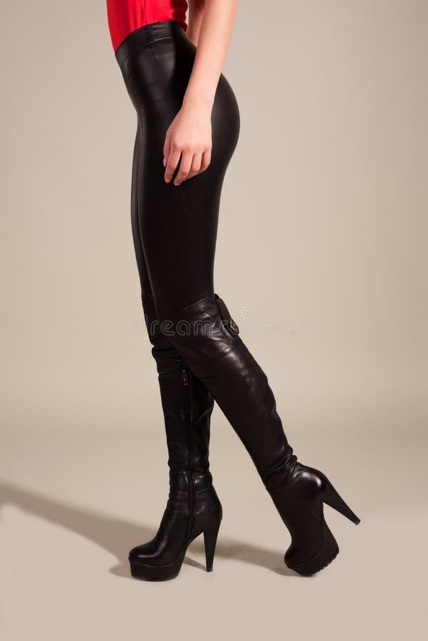 Nikły kobiety ` s iść na piechotę w długich czarnych butach zdjęcia stock