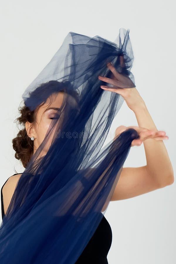 Nik?a gimnastyczka w czarnych rajstopy tanczy z b??kitnym szyfonem kt?ry rozwija Estetyka taniec fotografia royalty free